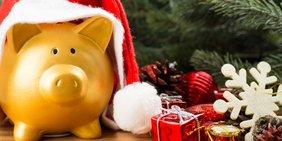 Sparschwein unter dem Weihnachtsbaum