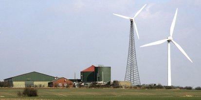 Windenergieanlage auf grünem Feld.